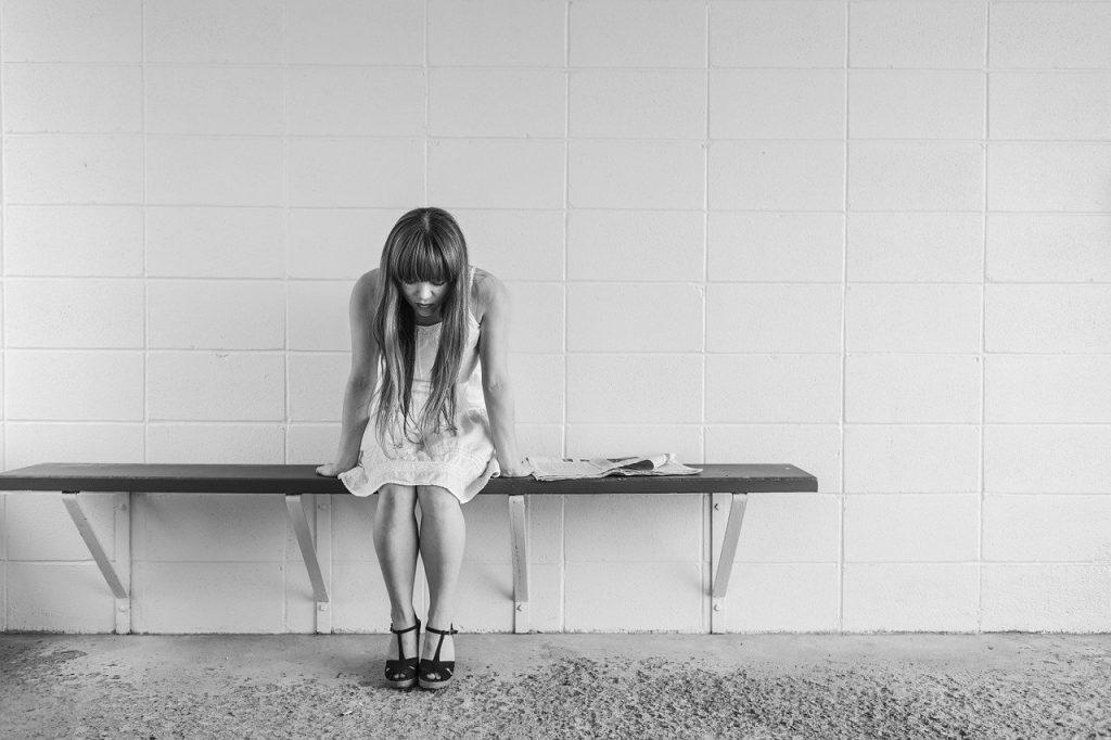 worried girl, woman, waiting-413690.jpg